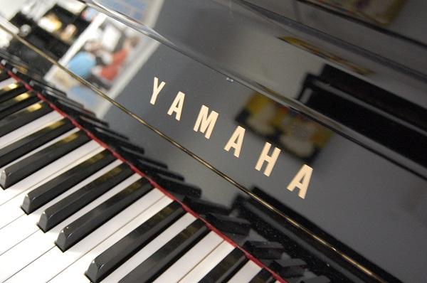 Yamaha b1 Logo